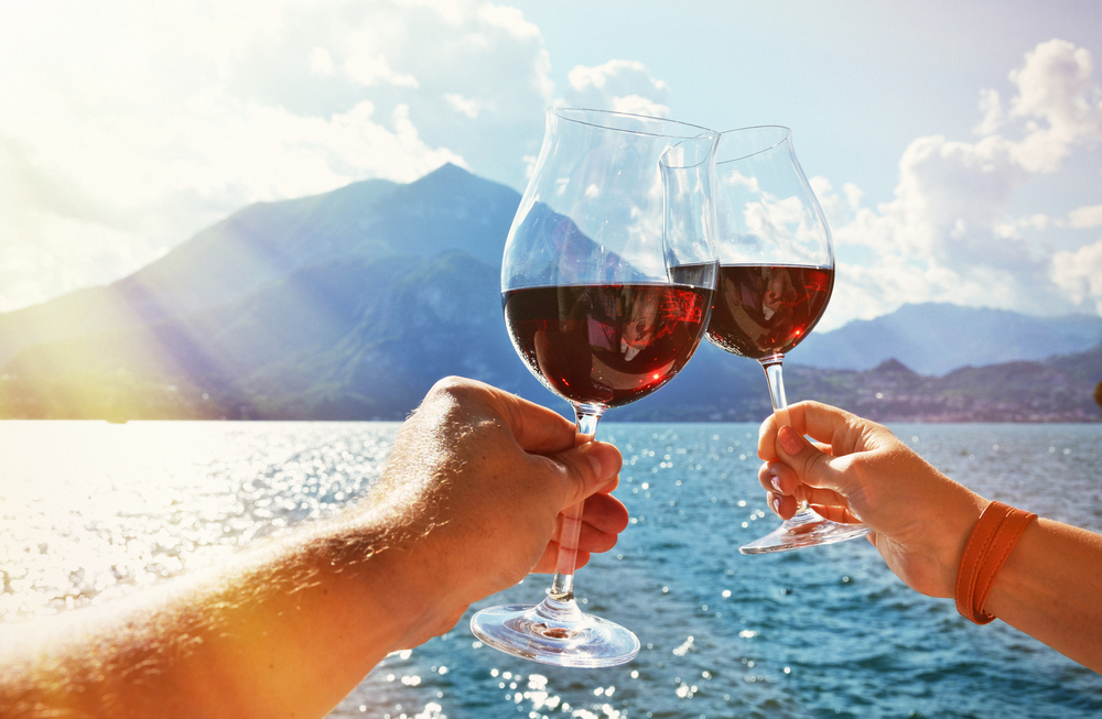 Drinking-Red-Wine-in-the-Summer-vino-rosso-destate